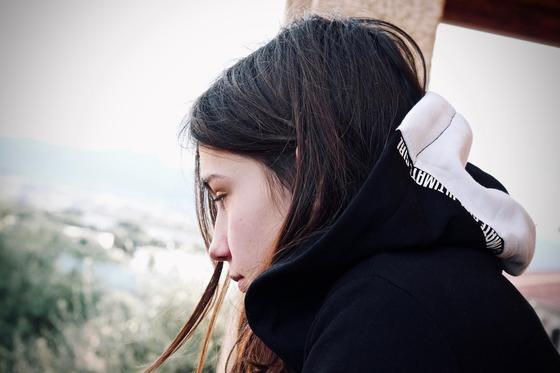 Казахстанка рассказала, что после смерти мамы родной отец начал приставать к ней