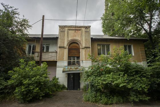 Дом стоит в центре города