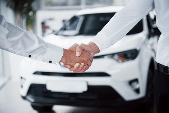 Рукопожатие на фоне авто