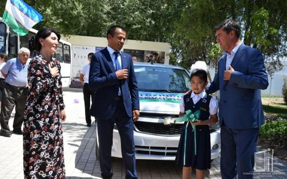 Президент Узбекистана подарил машину отцу 3-классницы за прочитанное ею стихотворение