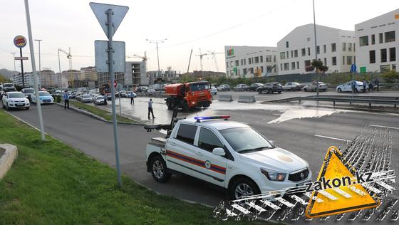 Поливочная машина едет мимо места аварии на ВОАД