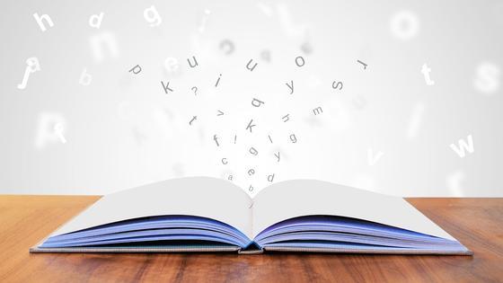 Раскрытая книга, из которой вылетают буквы