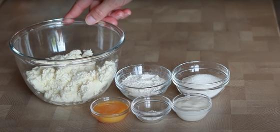 Мука, яйца соль, сахар и другие ингредиенты для приготовления сочников