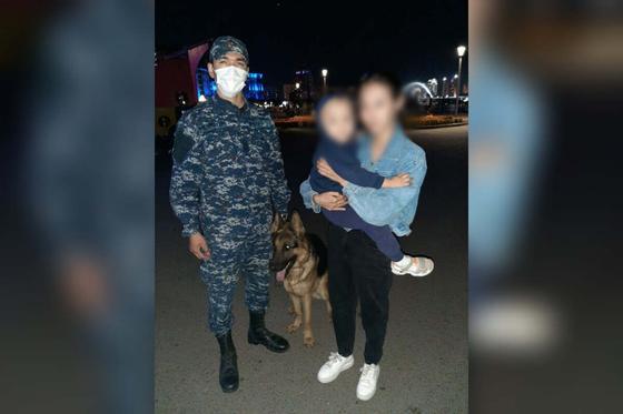 Полицейский помог маме малыша