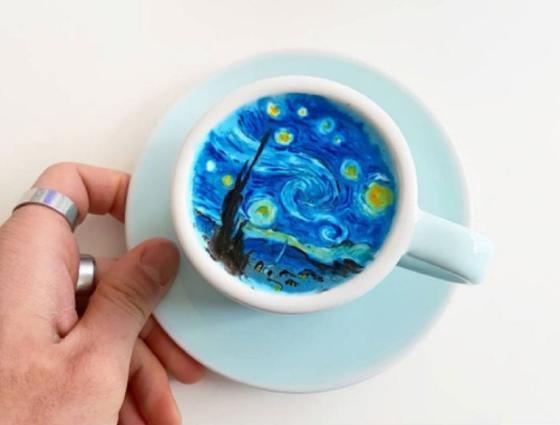 Кореялық бариста кофе көбігінде сурет салады