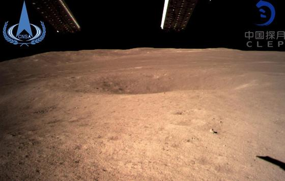 Первый снимок с обратной стороны Луны прислал космический аппарат (фото)