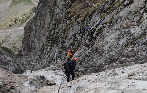 Туристов спускают с вершины