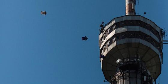 Экстремалы сделали воздушную петлю вокруг телевышки Кок-Тобе в Алматы