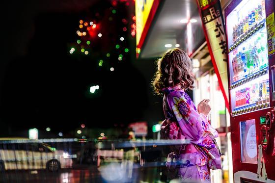 Девушка возле торгового автомата