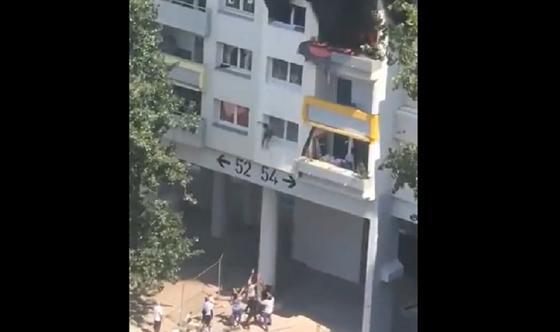 Двое детей выпрыгнули на руки соседям из окна третьего этажа во время пожара (видео)