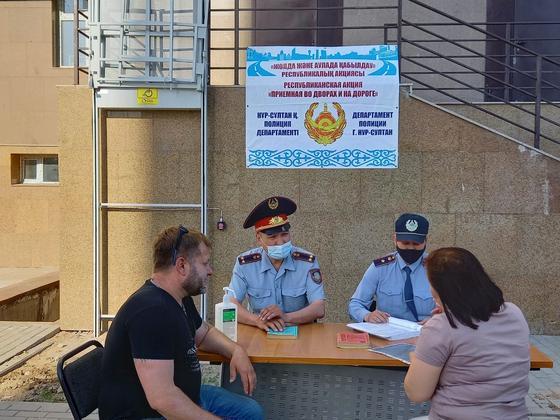 Полицейские общаются с гражданами