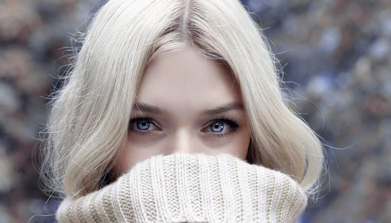 Блондинка в белом свитере