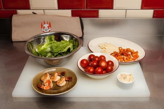 Салат «Цезарь» с креветками и курицей