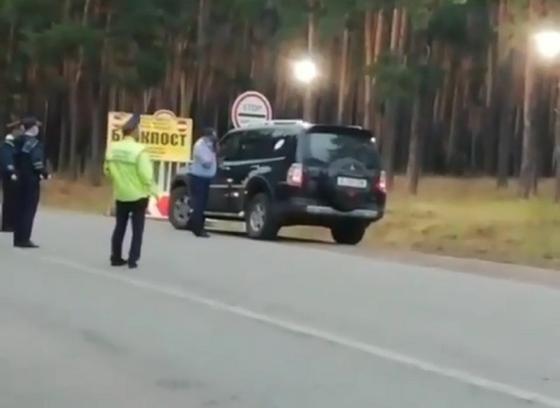 """Полицейские """"по звонку"""" пропустили водителя элитного джипа в карантинный Бурабай (видео)"""