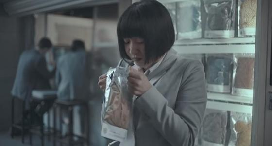 Реклама с нюхающей футболку мужчины азиаткой разгневала женщин