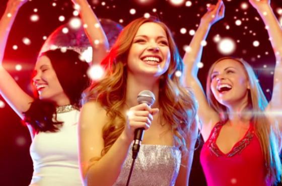 Девушки поют караоке