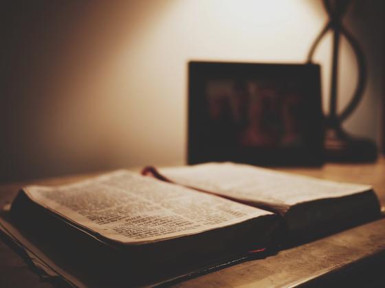 Книга лежит на столе
