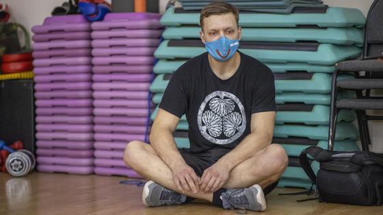 Антон Косаренко сидит на полу