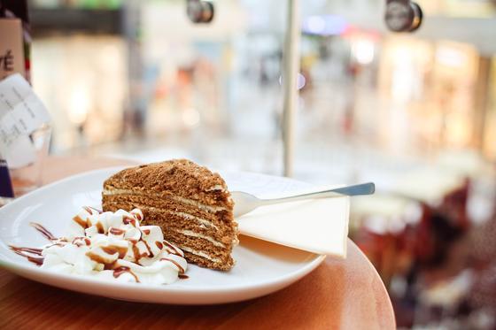 Медовик с шоколадной посыпкой на тарелке