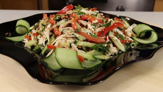 Легкий салат с курицей в тарелке