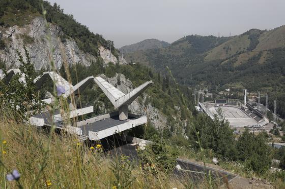 """""""Вверх 856 ступеней, вниз - 847"""": как в Алматы ремонтируют лестницу здоровья на Медеу"""