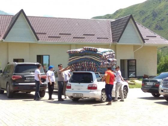 Бетонные плиты, юрты и матрасы привезли к дому Атамбаева под Бишкеком (фото)