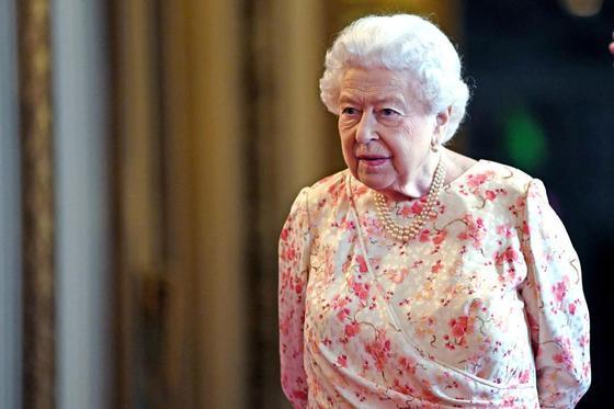 Елизавета II подшутила над туристами, которые ее не узнали
