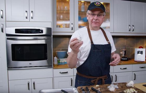 Шеф-повар показал, как мгновенно почистить чеснок