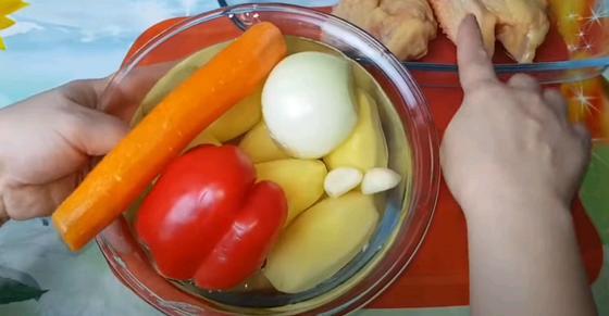 Очищенные овощи в миске для жаркого по-домашнему