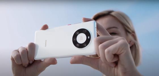 Девушка держит телефон в руках