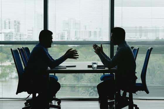 Мужчины ведут переговоры