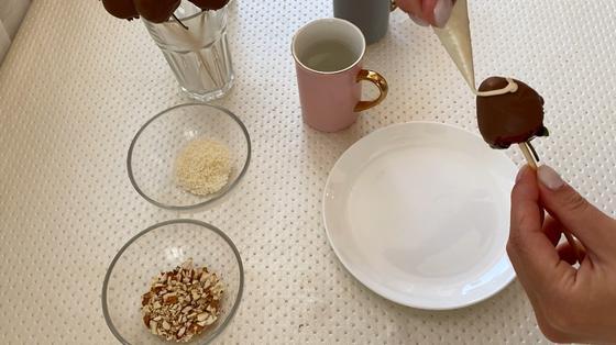 Оформление клубники белым шоколадом