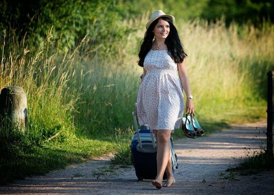Девушка идет босиком по проселочной дороге