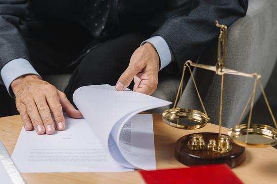 Адвокат рассматривает подробности дела