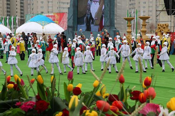 Дети танцуют на празднике в Нур-Султане