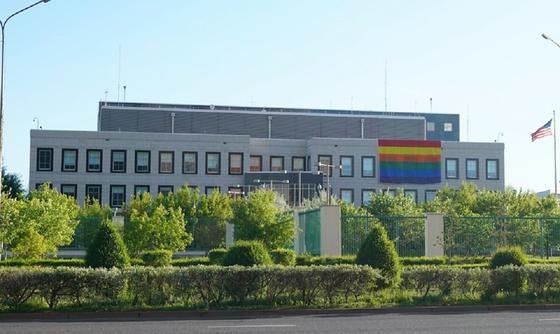 Нұр-Сұлтандағы АҚШ елшілігінде ЛГБТ жалауы ілініп тұр