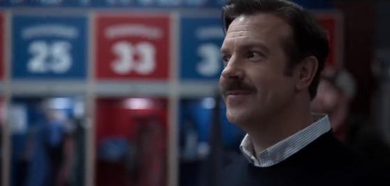 Тренер в футбольной раздевалке. Кадр из сериала «Тед Лассо»