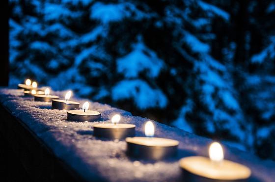 Свечи на подоконнике