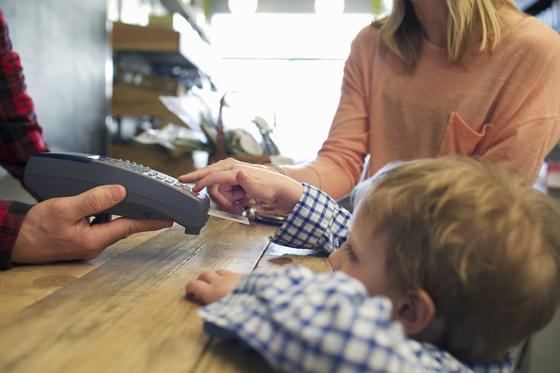 Ребенок платит своей банковской картой