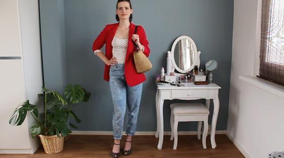 Девушка в красном пиджаке и голубых джинсах