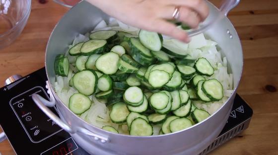 Овощи выкладываются в кастрюлю