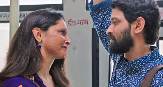 Парень и девушка влюбленно смотрят друг на друга. Кадр из фильма «Брызги»