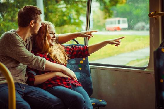 Парень и девушка едут в транспорте
