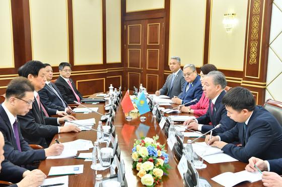 Нигматулин провел переговоры со своим китайским коллегой Ли Чжаньшу