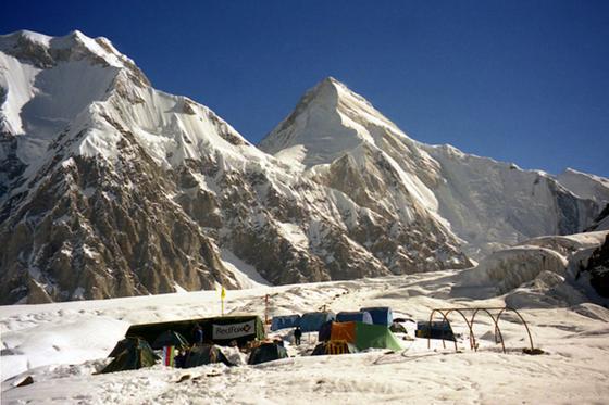 Лагерь на леднике Южный Иныльчек вдали от пика Хан-Тенгри