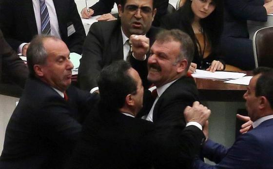 Саясаттанушы депутаттарды парламентте төбелесуге шақырды