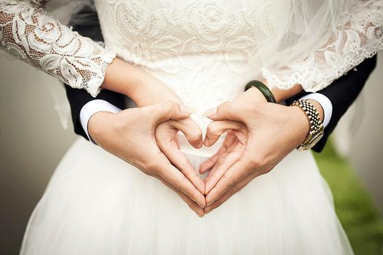 Новобрачные сложили руки в форме сердца