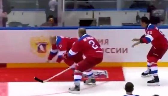 Путин споткнулся и упал после хоккейного матча в Сочи (видео)