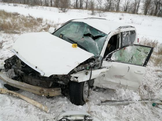 Пострадавшая в ДТП машина стоит на обочине дороги