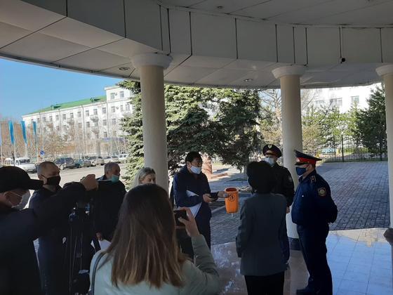 Десятки бизнесменов собрались у акимата Костаная (фото)